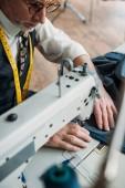 Fotografia panno cucito bello e professionale su misura con macchina da cucire al laboratorio di cucito