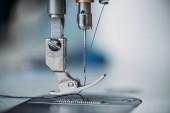 Nahaufnahme von Nadel und Faden der Nähmaschine