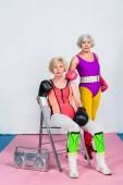 Sportliche Seniorinnen in Boxhandschuhen und Sportbekleidung blicken in die Kamera