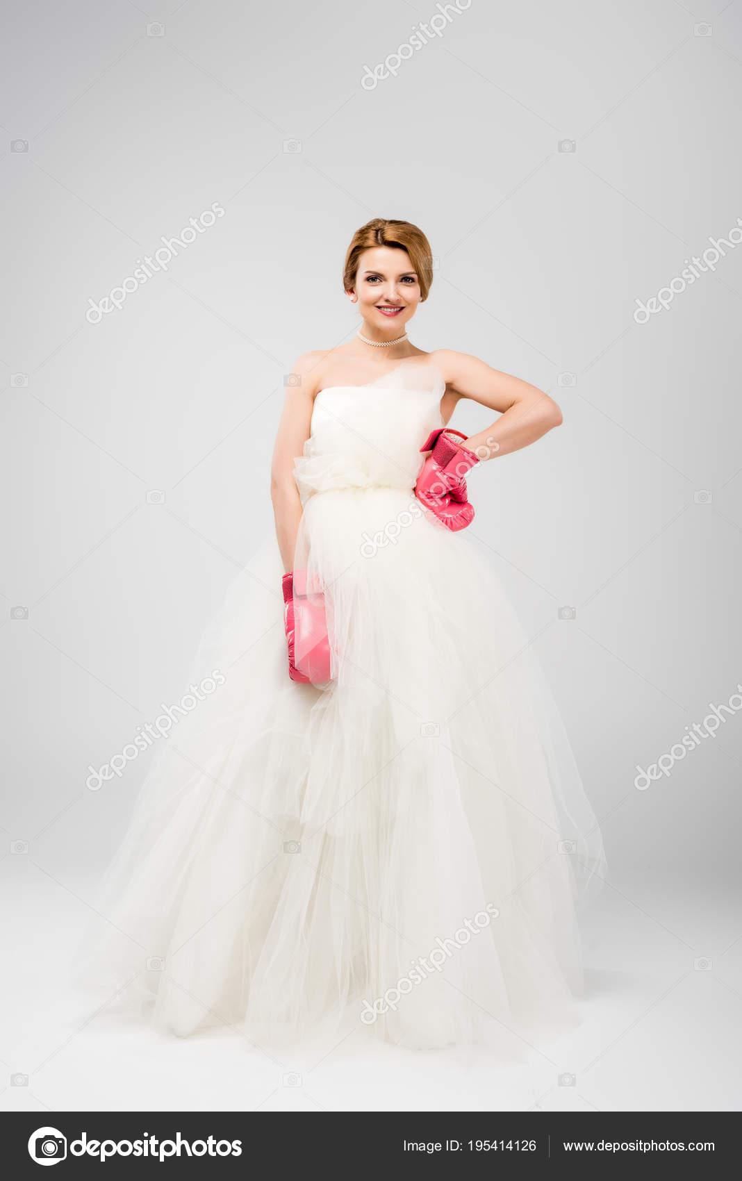 210ed034c616d67 Улыбаясь Невеста Белом Свадебном Платье Боксерские Перчатки Изолированные  Серый Концепции — стоковое фото