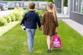 Fényképek aranyos iskolás kézen
