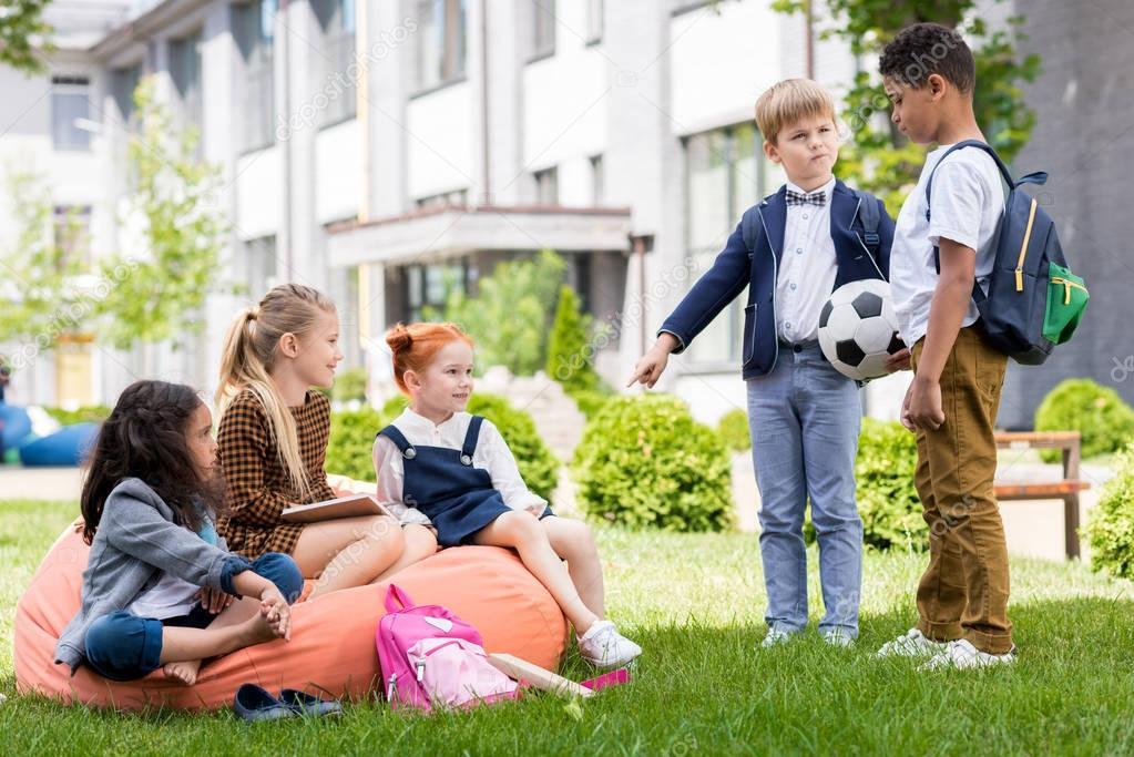 Дети на школьном дворе картинки
