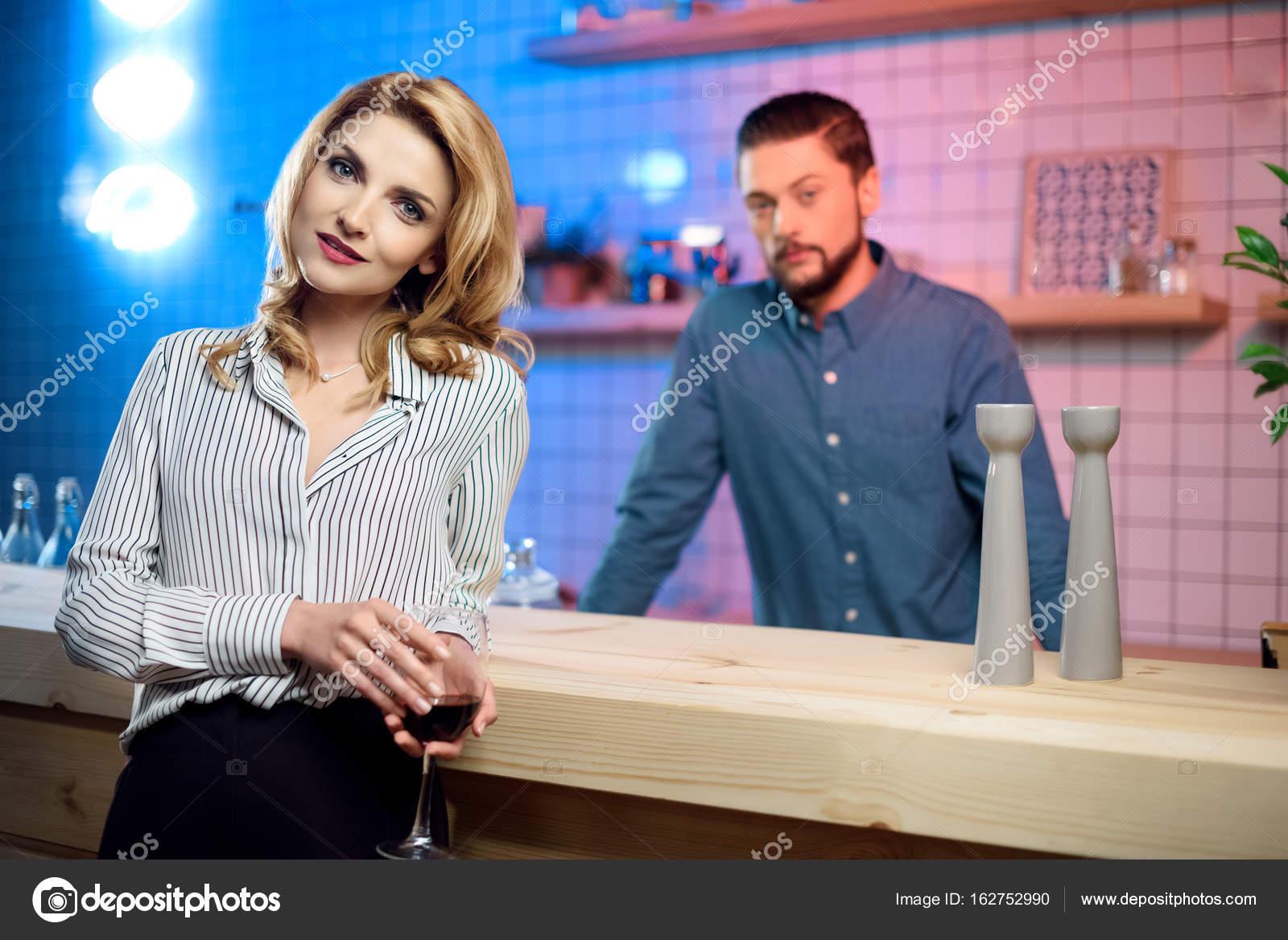 Frau trinkt Wein in der Bar — Stockfoto © EdZbarzhyvetsky #162752990