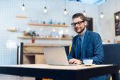 Fotografie Geschäftsmann mit Laptop im café