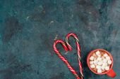 Photo hot chocolate with marshmallows and candy canes
