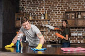 Photo couple cleaning kitchen together
