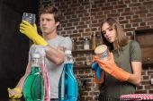 Photo couple cleaning glass jars