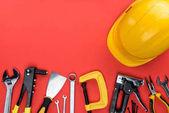 Reparaturwerkzeuge und harter Hut