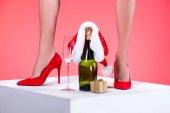Fényképek santa kalapját, és ajándék pezsgő