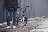 BMX cyklista s kole