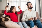 Fényképek nyerő apa videojáték és lányát sikoltozó