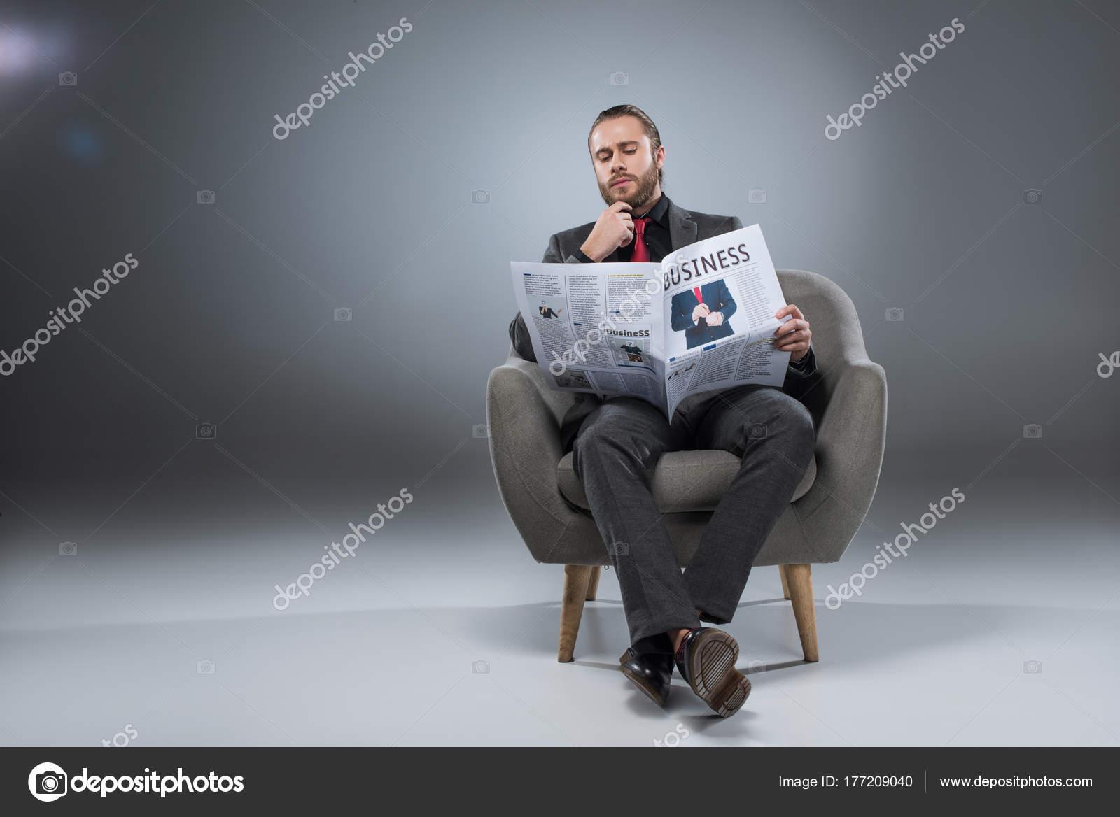 Leggere In Poltrona.Uomo Affari Pensive Barbuto Seduto Poltrona Leggere Giornale