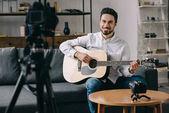 Happy music blogger hrál na akustickou kytaru