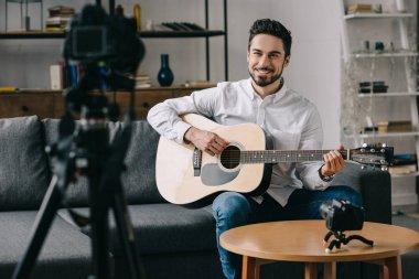mutlu müzik blogger akustik gitar çalmak