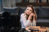 atraktivní kráska blogger nosit náušnice