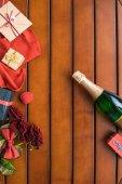 Fotografie Draufsicht der Champagner-Flasche mit präsentiert auf Holztisch