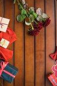 pohled shora kytice červených růží a dárky na stole