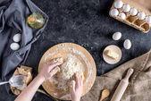 Fotografie oříznutý snímek ženy, míchání přísad a hnětení těsta na chleba