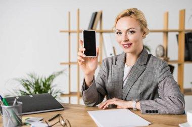 iş kadını gösteren smartphone ile boş ekran el gülümseyen portresi