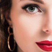 levágott kép gyönyörű lány smink és vörös ajkak