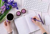 Fényképek vágott lövés a nő írásban notebook, a munkahelyen