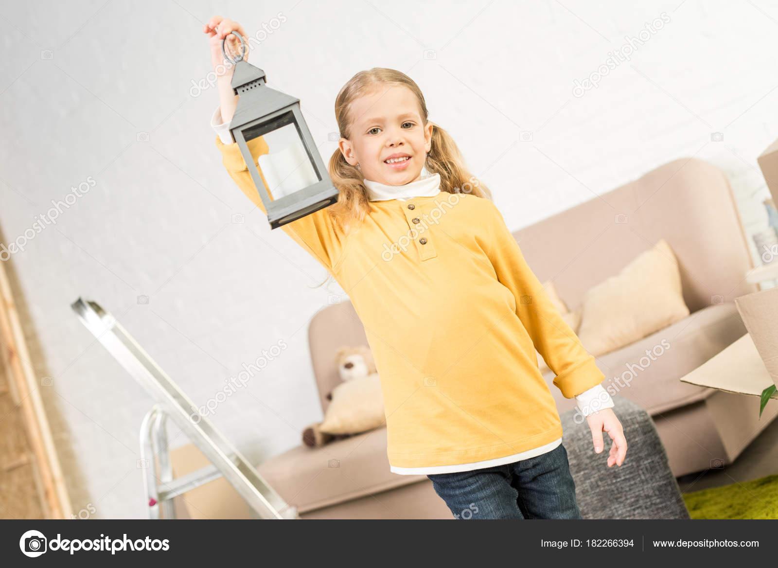 5e84805b18d5 Ευτυχισμένο Παιδάκι Κρατάει Φανάρι Και Χαμογελαστός Στην Κάμερα Ενώ ...