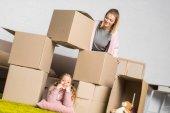 matka a dcera baví s kartonových krabic při stěhování