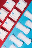 Fotografie Draufsicht der Reihen von Pads und tägliche Liner auf rot und blau
