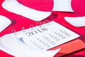 Fotografie verstreuten tägliche Liner und Kalender auf rot