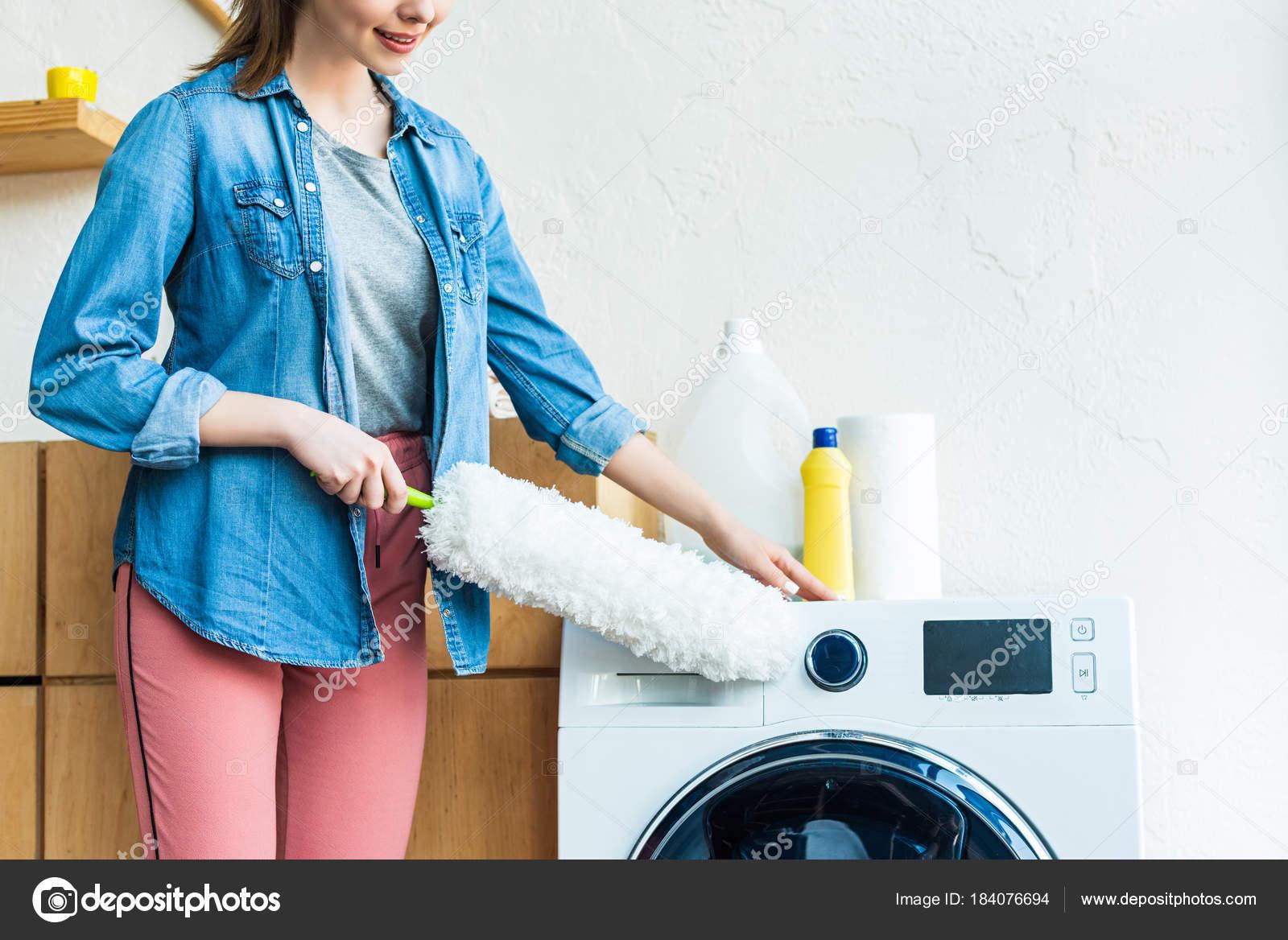 Schuss Der Lachelnde Junge Frau Reinigung Waschmaschine