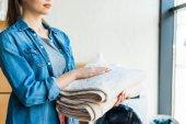 Fotografie Aufnahme der jungen Frau mit saubere Handtücher zu Hause abgeschnitten