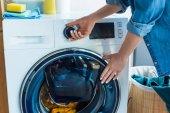 vágott lövés a nő használ mosógép otthon