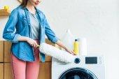 Oříznout záběr s úsměvem mladá žena Čištění pračky