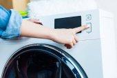részleges kiadványról nő használ mosógép otthon