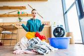 Fotografie schockiert junge Frau Wäsche betrachten