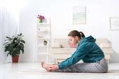 boční pohled dívky na jógu doma