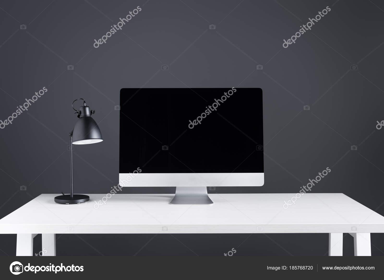 Lampade Da Tavolo Lavoro : Moderno computer desktop con schermo vuoto lampada tavolo area