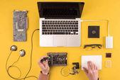 levágott lövés személy rögzítő laptop, sárga