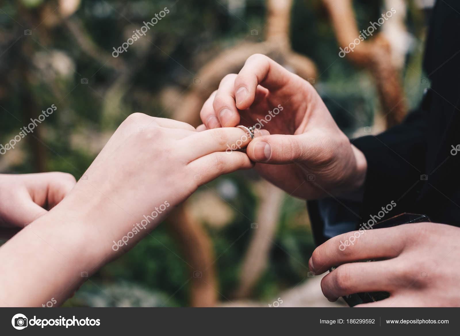 Oriznout Zaber Cloveka Dat Snubni Prsten Prst Mlada Nevesta Stock