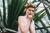 Fotografie Porträt von schönen eleganten rothaarige Mädchen im Blumenkranz Blick in die Kamera