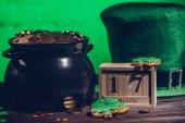 Kalendář, soubory cookie ve tvaru shamrock, vojáci jsou irské a hrnec s zlaté mince, st patricks day koncept