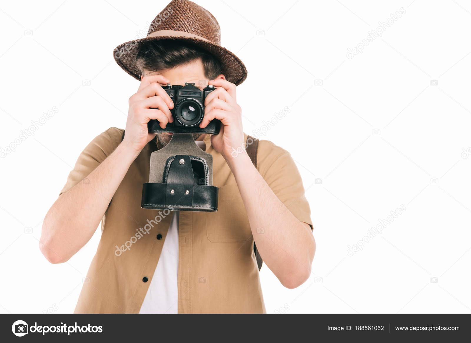 Giovane in cappello fotografi con la macchina fotografica isolato su bianco  — Foto di EdZbarzhyvetsky 890009f8c055