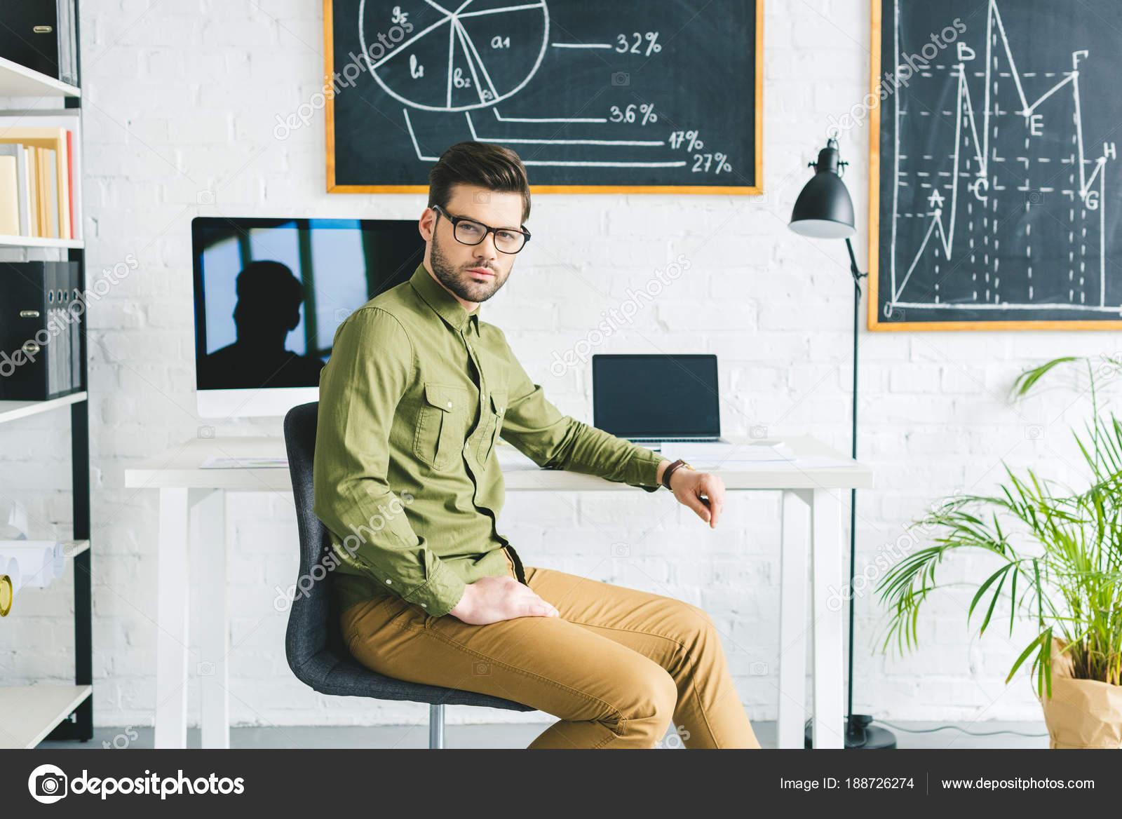 Seriöser Mann Sitzt Mit Computern Hellen Büro Tisch