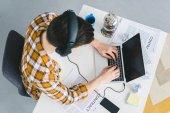 Táblázat a laptop otthon dolgozik office üzletember