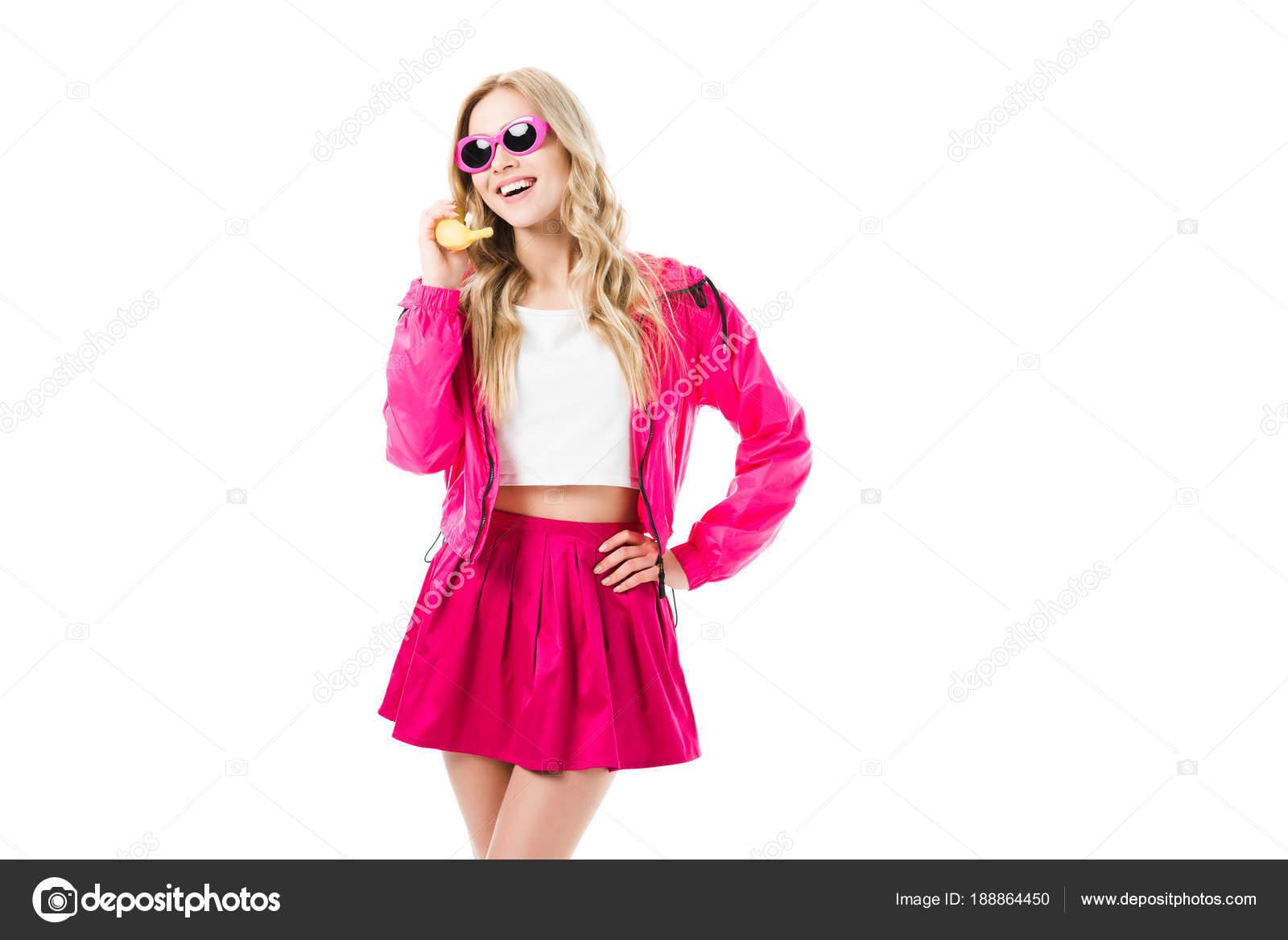 6396d2458 Joven Atractivo Vestido Color Rosa Con Plátano Como Teléfono Aislado — Foto  de Stock