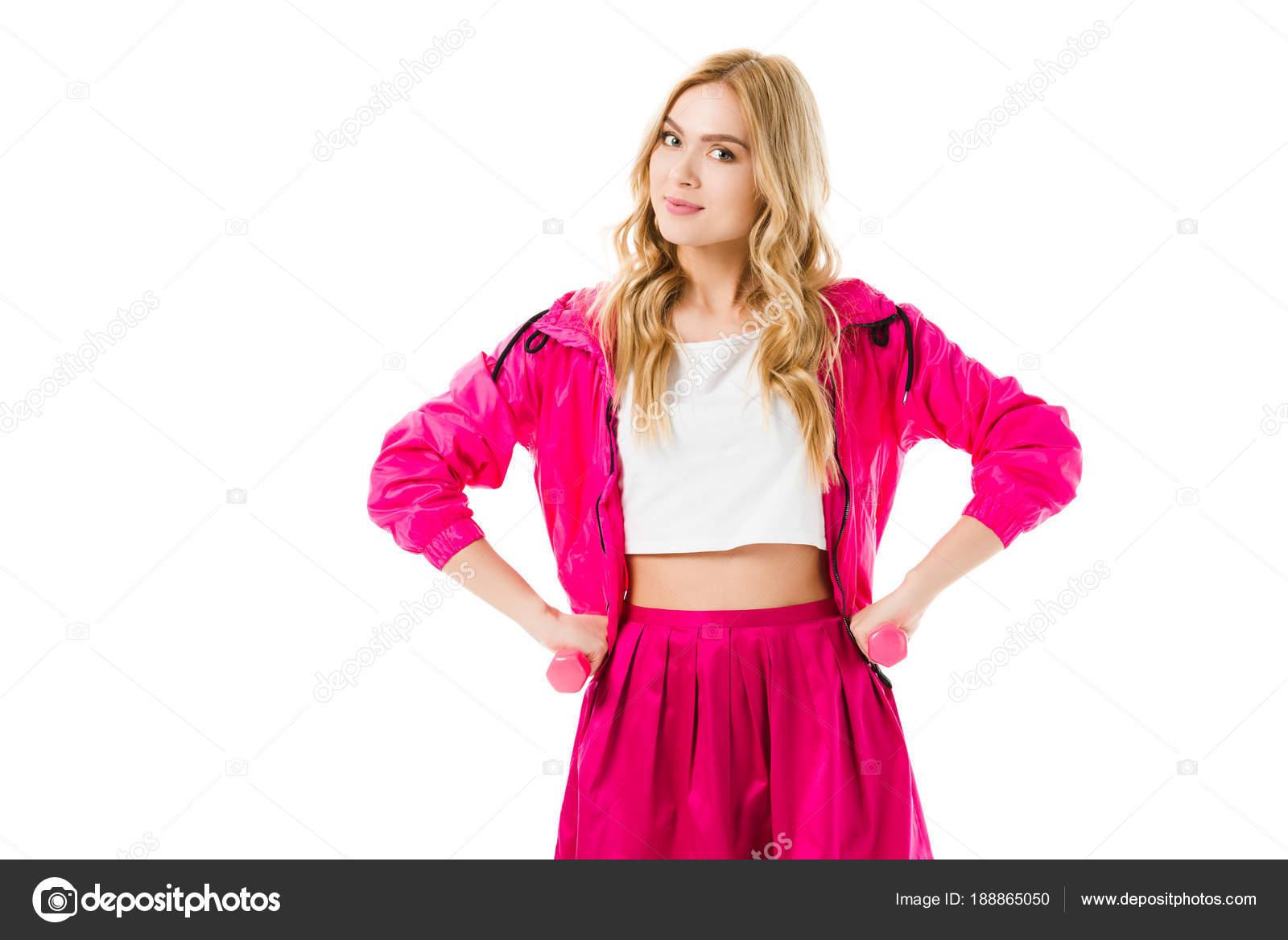 fc65cb286b2 Ξανθιά Γυναίκα Στο Ροζ Ρούχα Στέκεται Αλτήρες Που Απομονώνονται Λευκό —  Φωτογραφία Αρχείου