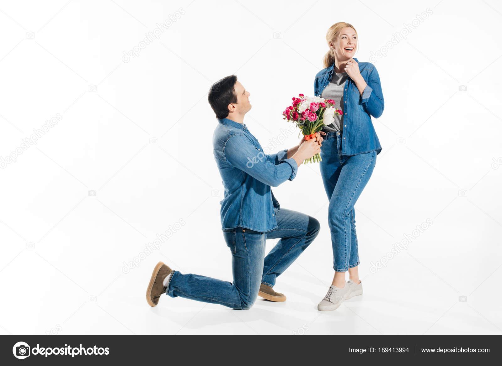 На колено с цветами