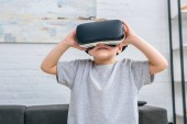 Fotografie Kleiner Junge mit virtual-Reality-Kopfhörer