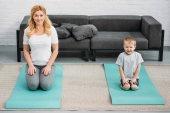 Fotografie Syn a matka na fitness rohože