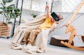 Chlapeček v hamaka pomocí soupravu pro virtuální realitu